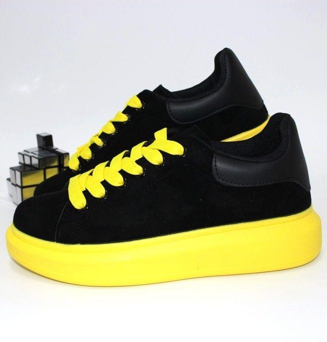 Чёрные кроссовки на жёлтой подошве для женщин