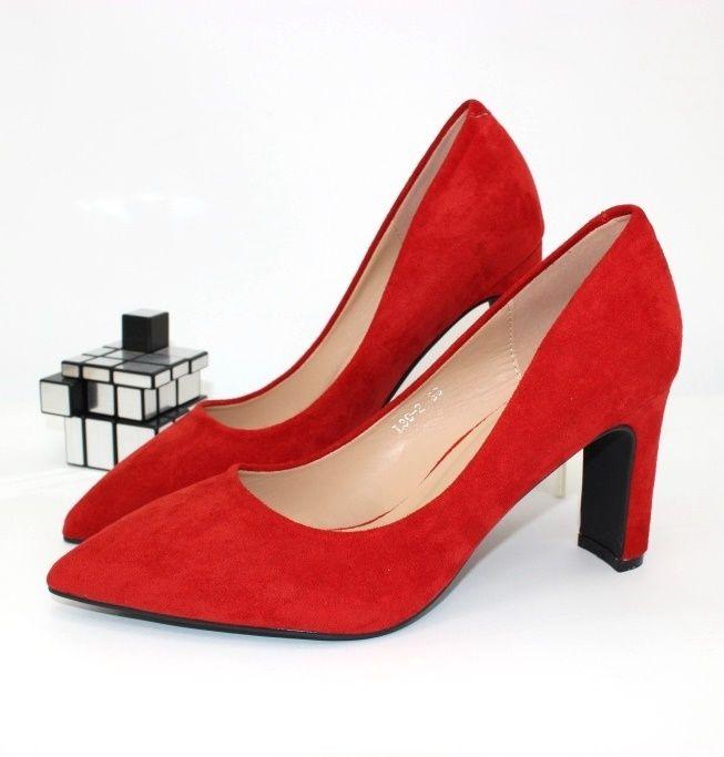 Червоні туфлі човники